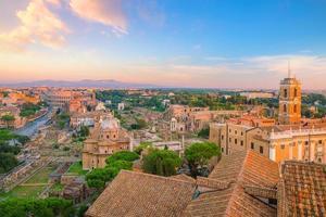 Blick auf das Stadtzentrum von Rom bei Sonnenuntergang.