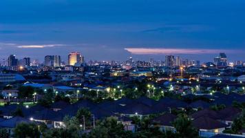 städtisches Stadtbild bei Nacht foto