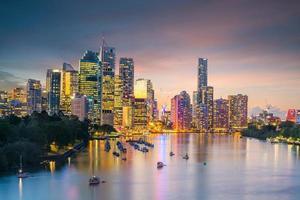 Brisbane City Skyline in der Dämmerung in Australien foto