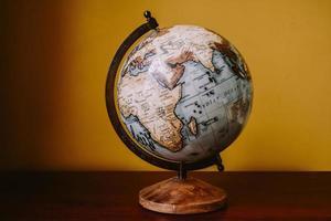 Globus auf einem Schreibtisch foto