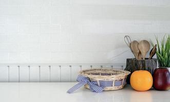 Küchenutensilien und Obst