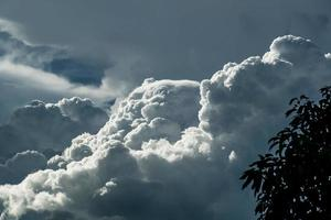 flauschige weiße Wolken foto