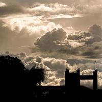 schöner bewölkter Himmel und Silhouette foto
