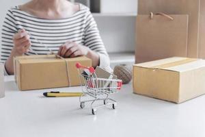Nahaufnahme einer Geschäftsfrau, die eine Lieferung vorbereitet