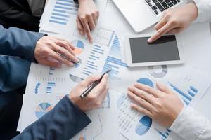 Nahaufnahme eines zusammenarbeitenden Geschäftsteams