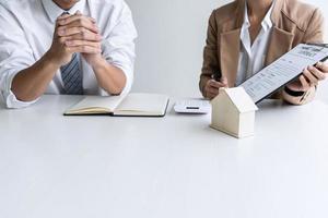 Immobilienmakler bittet Kunden, Vertrag zu unterschreiben