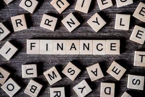 Holzbuchstaben, die Finanzen buchstabieren
