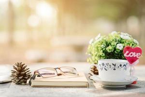 Nahaufnahme eines Schreibtisches im Sonnenlicht