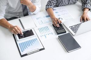 Draufsicht auf Mitarbeiter, die an einem Bericht arbeiten