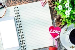 Draufsicht auf ein Notebook und ein Smartphone foto