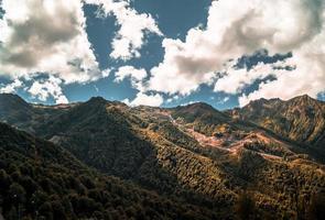 Schatten von Wolken auf Bergen