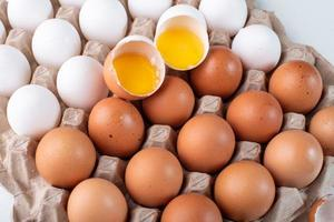 zerbrochene Eier im Karton foto