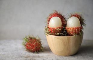geschälter Rambutan in Holzschale