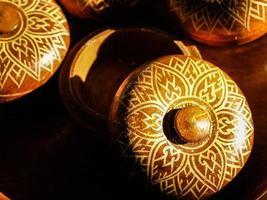 braune Schüssel mit dekorativem Deckel