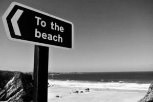 Graustufenfoto der Strandbeschilderung