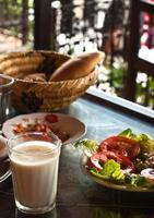gesundes Mittagessen auf der Terrasse