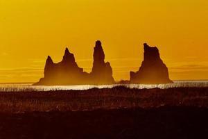 Sonnenuntergang auf dem schwarzen Sandstrand in Vik, Island