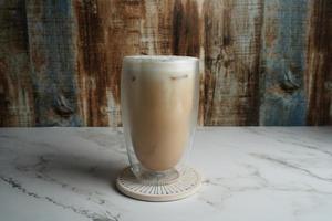 Kaffee auf einem Untersetzer foto