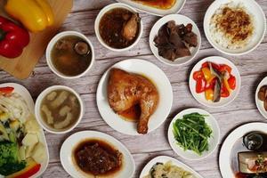 viele asiatische Gerichte auf weißen Tellern