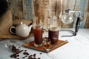 Kaffee und Tee auf einer Platte