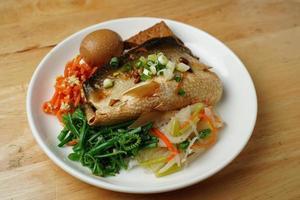Fischgericht mit einem Ei