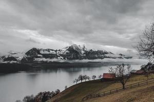Bergalpen in der Nähe des Sees foto