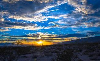 Landschaftsgelände unter bewölktem Himmel foto