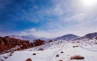 Sonnenschein auf schneebedeckten Bergen