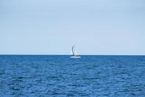 weißes Segelboot im Ozean
