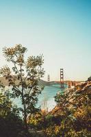 goldene Torbrücke unter blauem Himmel