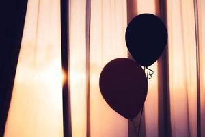 Silhouette von zwei Luftballons
