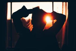 Silhouette der Frau, die Haare hält foto
