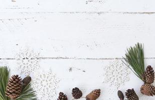 weißer Holztisch mit Winterdekor