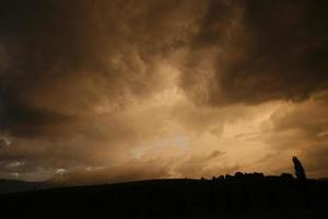 Hügel von orange Himmel silhouettiert foto