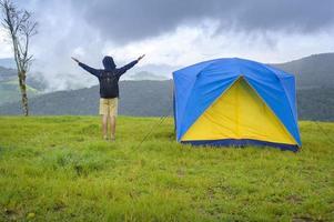 reisender Mann mit einem Zelt