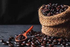 rohe Kaffeebohnen in einem Sackbeutel foto
