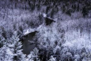 Draufsicht auf eine verschneite Landschaft foto