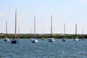 Segelboote machten am Fluss fest foto