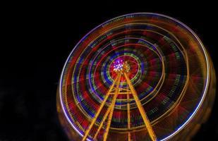 das Riesenrad in der Nacht foto