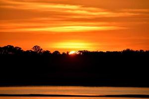 lebendiger orange Sonnenuntergang foto