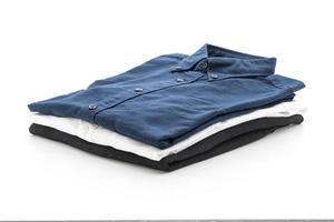 mehrfarbige Hemden mit Kragen gestapelt