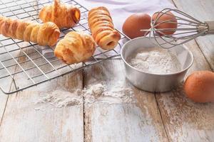 gebackenes Brot und seine Zutaten