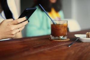 Mädchen benutzt Handy während der Kaffeepause