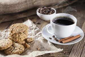 köstlicher Kaffee mit Süßigkeiten auf einem Holztisch foto