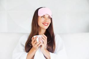 Frau mit Schlafmaske auf der Stirn foto