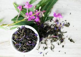 Fireweed Tee auf Holzoberfläche foto