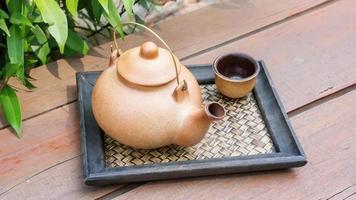 klassisches asiatisches Teeservice im Freien foto