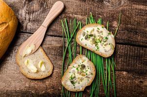 hausgemachtes Brot mit gesunden Samen und Kräutern gebuttert foto