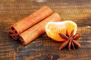 reife süße Mandarine, auf hölzernem Hintergrund, Nahaufnahme foto