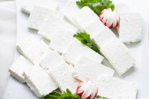 geschnittener weißer Käse. Zusammensetzung auf dem Teller